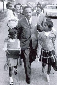 Martin Luther King Jr. fue un pastor bautista en Atlanta, que cuando se enfrentan a las injusticias raciales de la época utiliza medios no violentos para mejorar los derechos civiles de los afroamericanos. En 1964, el Dr. King se convirtió en la persona más joven en recibir el Premio Nobel de la Paz por su trabajo para poner fin a la segregación racial y la discriminación racial a través de la desobediencia civil y otros medios no violentos.
