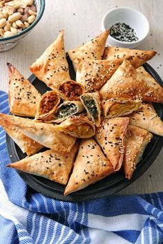 Party-Fingerfood, das jeden glücklich macht – krosse, herrlich duftende Muska Böreği mit drei sehr leckeren Füllungen. Hier eine einfache Anleitung dafür!