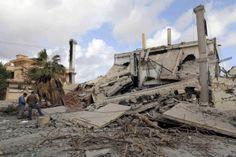 カダフィ政権時代に治安部隊が使っていた建物が爆破された。犯行声明は出ていない(4月17日、ベンガジ)=ロイター ▼20May2014日本経済新聞|[FT]カダフィ後も混迷深まるリビア(社説)  http://www.nikkei.com/article/DGXNASGM20020_Q4A520C1000000/