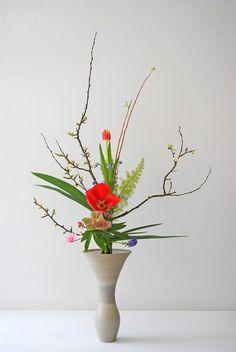 Ikenobo ikebana, art floral japonais, Rikka shofutai (Artisanat) par Thai Mai Van Ce style Rikkz traditionnel a été réalisé avec les fleurs du jardin comme les branchages de pommier, les Tulipes, Camélia, Muscari, Iris par Thai Thomas Mai Van, Artisan d'Art, Professeur d'ikebana de l'école Ikenobo
