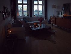 Und jetzt so: Comfy Couching ️ Dreht jemand nochmal den Sonntag zurück? Könnte noch einen Tag zwischen heute und Montag gebrauchen...  #comfy #comfytime #couching #decor #decoration #details #ektorp #goodnight #Hamburg #harbour #hh #home #Ikea #inspiration #interior #interiordesign #interiores #interiorstyling #living #livingroom #meinikea #room #table #time #wearehamburg #window