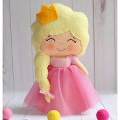 Кто сказал, что принцесса в королевстве должна быть только одна?  В #Расчудесье вот живет еще одна малышка с короной в нежно-розовом платьице  Куколка сшита из полушерстяного фетра, юбочка - из нежнейшего фатина. Ручки на проволочном каркасе (могут сгибаться). Рост принцессы - 22 см. Стоимость - 1450 руб. Для заказа: ➡ Директ ➡ WhatsApp - 79110183172 ➡ Группа вконтакте - vk.com/raschudesie