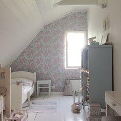 Ruusuhuone sai tänään uudet asukkaat (vaikka pari listaa puuttuukin!) lastenhuone, Finnish home, girlsroom via lovingwhite.blogspot.com