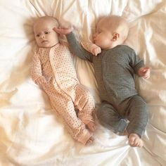 Se lige to top lækre babyer i hver deres heldragt med små ⭐️ på,  fra Hust & Claire Dragten er uld/silke og er super god her i vinter tiden ❄️☝️ Begge farver kan findes på shoppen  God torsdag til jer ❤️ #laekrebabyer#heldragt#hustandclaire#ollifantshop