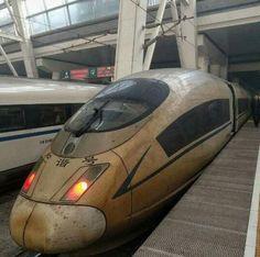 中國網友上傳一張照片,直擊一輛穿越霧霾災區的高鐵列車,只見整個車頭簡直就像是被火燒過,令網友們驚呼「這是穿越火線的列車吧」。分享照片的網友表示,這輛高鐵「和諧號」剛剛到達北京車站,車身好像被火燻過,網友解釋,這是由於車速過快與空氣摩擦產生靜電,而霧霾中高濃度PM2.5的顆粒因此黏附在車上,才讓車頭被「燻」成駭人的褐黃色。/ China high speed rail train smoked by smog