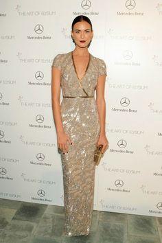 De la Gala del Art Elysium: Odette Annable. Con un vestido de lentejuelas en dorado de Pamella Roland Pre-Fall 2014.