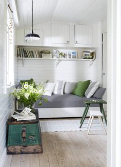 Green and grey summer house reading nook or space-saving sleeping area. Cozy Cottage, Cottage Style, Shed Interior, Interior Design, Country Interior, Studio Loft, Garderobe Design, Compact Living, Cottage Interiors