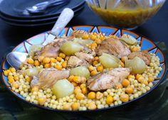 Maghrabie är en mycket omtyckt rätt i Libanon, Palestina och Syrien. Den görs med pärl couscous som är stora couscousbollar som påminner lite om pasta i konsistensen. Ca 6 portioner 1 hel kyckling 10 st små lökar 500 g moghrabie (pärl couscous) 400 g kokta kikärtor Smör och olja till stekning 1,5 tsk kummin 1 tsk sju kryddor 0,5 tsk kanel 2 kycklingbuljong 1-2 st lagerblad Salt & peppar Ca 1 liter vatten Gör såhär: Dela kycklingen i bitar. Skala lökarna och behåll dem hela. Hetta upp olja...