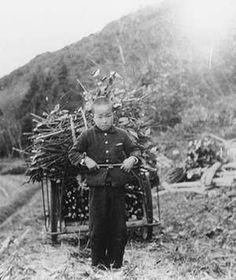 子どもがリヤカーでたきものを運んでいる。   昭和38年(1963)。福知山。