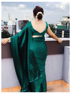Sari Bluse, Green Saree, Blue Saree, Satin Saree, Silk Saree Blouse Designs, Saree Photoshoot, Saree Trends, Saree Models, Stylish Sarees