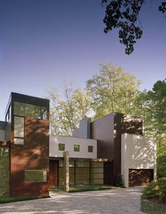 Another successful renovation focuses the spotlight on architect Robert Gurney's portfolio. This new residence was named the Crab Creek House after being positioned on the foundation of a 1960s post and beam modern house in Annapolis, Maryland.