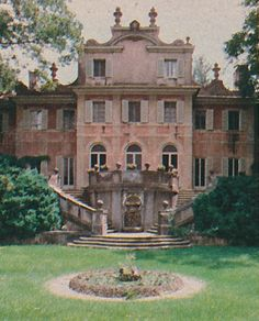 Will own this someday. The Pink Palace: Andrew Calhoun house in Atlanta built in and designed by architect Philip Shutze in the Italian Baroque style. Beautiful Castles, Beautiful Buildings, Beautiful Homes, Beautiful Places, Atlanta Homes, Visit Atlanta, Atlanta Georgia, Pink Palace, Grand Homes
