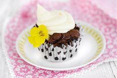 Suklaa-mango cupcakes ✦ Herkulliset suklaa-mango cupcakesit pienempään tai suurempaan juhlaan. Ihastuttavalla mango tuorejuustokuorrutteella ja syötävillä kukilla luot helposti näyttävän koristelun. http://www.valio.fi/reseptit/suklaa-mango-cupcakes/