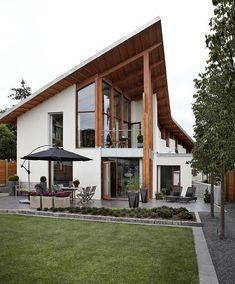 Отделка деревянного загородного дома белого цвета в шале стиле с интересными окнами
