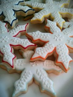 Snowflake Cookies - love the piped line in a different color!