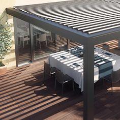 """Het lamellendak """"Opera"""" is het neusje van de zalm op gebied van lamellendaken. Windvaste screens kunnen naadloos geïntegreerd worden in het dak. Zo creëer je letterlijk een verlengstuk aan je woning.  #buitenleven #outdoorliving #lamellendak #harol"""