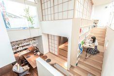中央部分のスペースは上下とも畳の間で、下が夫婦、上が子どもたちのためのスペースになっている。 Indian Bedroom Decor, Hidden Rooms, Beach Shack, Japanese House, Home Goods, Minimalist, Home And Garden, House Design, Flooring