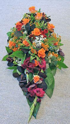 Sorgdekoration i varma höstfärger. Rosor, asclepias, gladiolus, santini och vit gypsophila http://holmsundsblommor.blogspot.se/2013/09/vackra-farger.html. Nr 5L