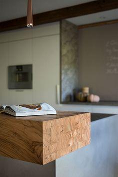Theke aus Holz an moderner Wohnküche