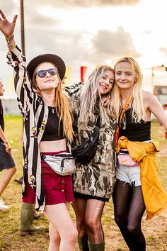Festival fashion outfits, hair & makeup ideas & tips to try this summer. | Photo from Reading Festival. Bum Bag, Sunglasses. Hat.