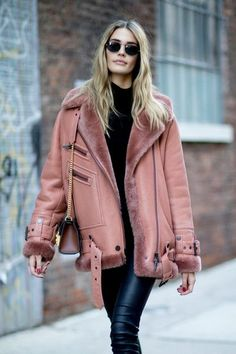 Attendees at New York Fashion Week Fall 2018 - Street Fashion Source by katelyngeoffrion Street Style Trends, Street Style 2018, New York Street Style, Looks Street Style, New York Style, Street Styles, Winter Fashion Casual, Autumn Winter Fashion, Winter Outfits