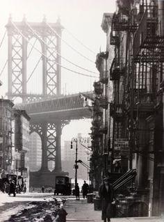 Berenice Abbott - Pike and Henry Streets, New York, 1936 Tirage gélatino-argentique signé par l'artiste, réalisé dans les années 1970-1980 40,6 x 50,8 cm © Berenice Abbott/Courtesy Les Douches La Galerie