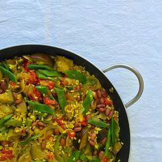 Lembram-se do arroz à valenciana, que fazia inevitavelmente parte das ementas dos casamentos nos anos 80? Não é mais que a versão portuguesa da paella espanhola, típica precisamente, de Valência. C…