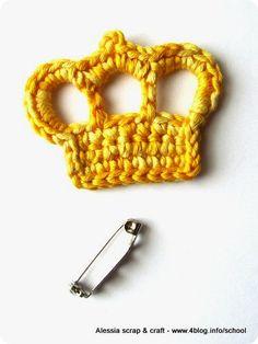 Uncinetto: spilla con la corona per la festa della mamma