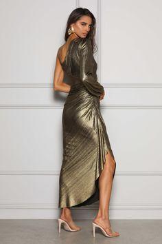 Drapowana, złota suknia wieczorowa na jedno ramię. To kreacja na miarę czerwonego dywanu w stylu Hollywood. Świetnie komponuje się z opaloną skórą. Wypożycz na galę, event, urodziny oraz inne okazje, podczas których pragniesz wyglądać jak gwiazda. Faktura materiału stwarza wrażenie olśniewającej taflii. Ruffles, One Shoulder, Hollywood, Formal, Fabric, Dresses, Fashion, Cloakroom Basin, Preppy
