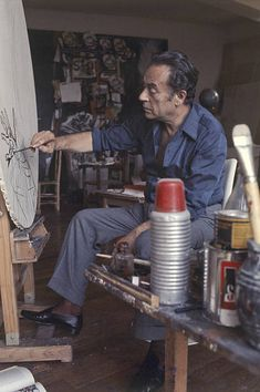 The italian painter Renato Guttuso in his studio in Velate. In the background there are some of his works. Painter Photography, Artist Studios, Italian Painters, Abstract Paintings, Sicily, No Time For Me, Famous People, Chanel, Fotografia
