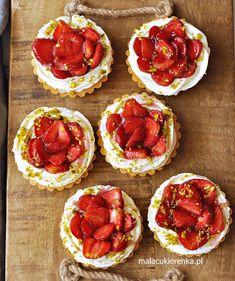 Tartaletki z truskawkami i kremem waniliowym Cap Cake, Bruschetta, Cheesecake, Sweets, Cooking, Ethnic Recipes, Food, Photography, Kuchen