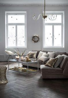Upeaa, seesteistä hohtoa olohuoneessa hienostunein yksityiskohdin. #etuovisisustus #olohuone #hm #joulu