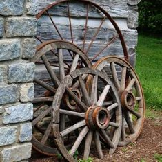 20 Utterly Genius Ways to Use Old Wagon Wheels Rock me, mama, like one of these gorgeous wagon wheel decor ideas. Country Landscaping, Landscaping With Rocks, Front Yard Landscaping, Landscaping Ideas, Wagon Wheel Garden, Wagon Wheel Decor, Wagon Wheel Chandelier, Wooden Wagon Wheels, Wooden Wheel