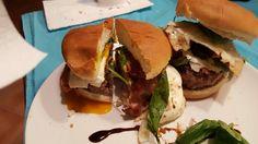 Hamburger maxi con carne al rosmarino, pancetta, uovo all'occhio di bue, basilico, rucola, gorgonzola, ecc...