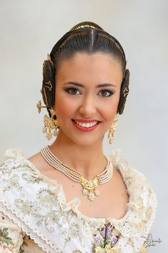 Mediterranean People, Arab Women, Nice Dresses, Diamond Earrings, Pearl Necklace, Culture, Pearls, Beautiful, Jewelry