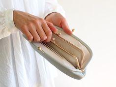 口金をぱちんと開閉する時の心地良さは、がま口財布ならでは。 金具のフレーム部分も革でくるんだ、上質でこだわりを感じさせる仕様です。