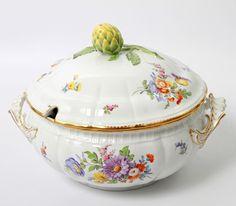 NYMPHENBURG Deckelterrine, 20.Jh., polychrome Blumenmalerei, reiche Ziervergoldung, Reliefdekor und — Porzellan