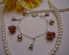 Armkettchen mit hellbraunen Perlen, Blüten und Eiffeltürmen