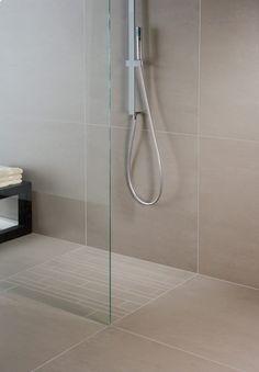 ebenerdige-dusche-fliesen-beige-armatur-glas-modern-schlicht-minimalistisch
