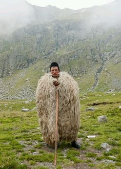 shepherd in Romania Há imagens que são mais cheias de poesia. shepherd in Romania There are images that are full of poetry. In This World, People Around The World, Wonders Of The World, Around The Worlds, Folklore, Beautiful World, Beautiful People, Religions Du Monde, Wooly Bully