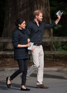While Prince Harry and Meghan Markle strolled around in the picturesque redwood forests of New Zealand, eagle-eyed fans spotted that she was actually wearing Harry's parka and that's super cute, don't you think? Prince Harry Photos, Prince Harry And Megan, Harry And Meghan, Prinz Harry Meghan Markle, Royal Family Portrait, Duke And Duchess, Maternity Fashion, Lady In Red, My Style