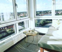 Lovely view! Bord/Ellos, Matta/Rusta, Träbänk/Fynd på loppis, Dynor/IKEA, Kuddfodral/jotex, Ljusstakar/Loppis