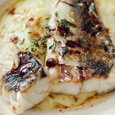 O I'd love to eat this Grilled zander fillets on leek and potato puree in a tavern by the sea. Fish Recipes, Seafood Recipes, Vegan Recipes, Potato Puree, Good Food, Yummy Food, Fish And Seafood, Snacks, Eating Clean