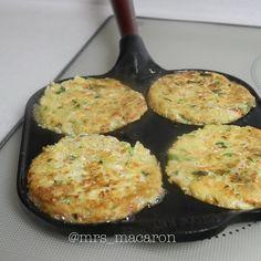 """좋아요 20.1천개, 댓글 222개 - Instagram의 마카롱여사(@mrs_macarons)님: """"두부전  했어요.  재료  팽이버섯 1봉지  두부 1모  두부는 꼭 짜 줄 필요 없어요. 수분 있어도 됩니다요.✍️👌 계란 2개  대파 1줄기 다져서  당근 다져서 한줌…"""" Macarons, Mashed Potatoes, Plates, Vegan, Dishes, Cooking, Ethnic Recipes, Food, Whipped Potatoes"""