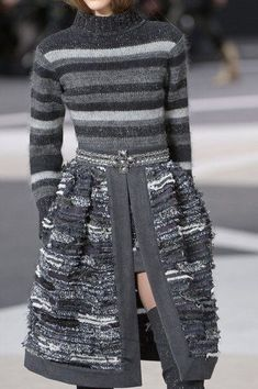 Chanel Outono 2013 - Detalhes Chanel at Paris Fashion Week Fall 2013 - Details Runway Photos Winter Fashion Outfits, Fashion Week, Fashion 2020, Paris Fashion, Runway Fashion, Autumn Fashion, Fashion Dresses, Womens Fashion, Knit Fashion