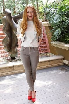 Simple Casual Outfits Inspiration from Shopie Turner Sophie Turner, Simple Casual Outfits, Classy Outfits, Tv Girls, Bollywood, Oscar Fashion, Curvy Outfits, Redheads, Celebrity Style
