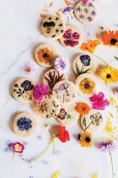 Bring Spring Inside With This Flower-Pressed Cookie Recipe Shortbread Cookies, Cookies Et Biscuits, Flower Sugar Cookies, Cookie Press, Flower Food, How To Make Cookies, Flower Making, Pansies, Cookie Recipes