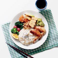 Japanese breakfast! 今日は手羽先焼きでワンプレートご飯。In 長野。 自分の家と実家だとなにから何まで全然違うから本当に大変! なかなか思うように作れずに時間がかかりましたが、食材が豊富なので、冷蔵庫をちょっとあさっただけでこれだけの物がすぐ作れました。さすがだな。 . . #とりあえず野菜食 #ワンプレート #和ンプレート #japanesefood #japanesebreakfast #もクラシル #kinarino