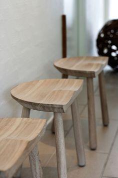 Cobbler, en ergonomisk pall i massivt trä formgiven av Uffe Berg för Skagerak. Under designprocessen inspirerades Berg av de klassiska mjölkpallarna, men tack vare sin sitthöjd på 46 cm passar Cobbler varhelst i hemmet där du behöver en extra sittplats. När pallen inte används blir den en vacker detalj som ger en nostalgisk känsla.Välj mellan massiv FSC-certifierad ek och massiv teak.