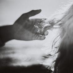 al sole del tramonto d'estate. i capelli crespi di sale. una birra fuori campo.